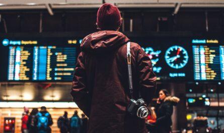 Cestování letadlem probíhá mimo jiné v odletové hale.