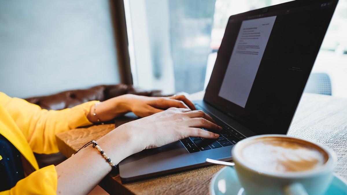 Digitální nomád při práci na svém notebooku.