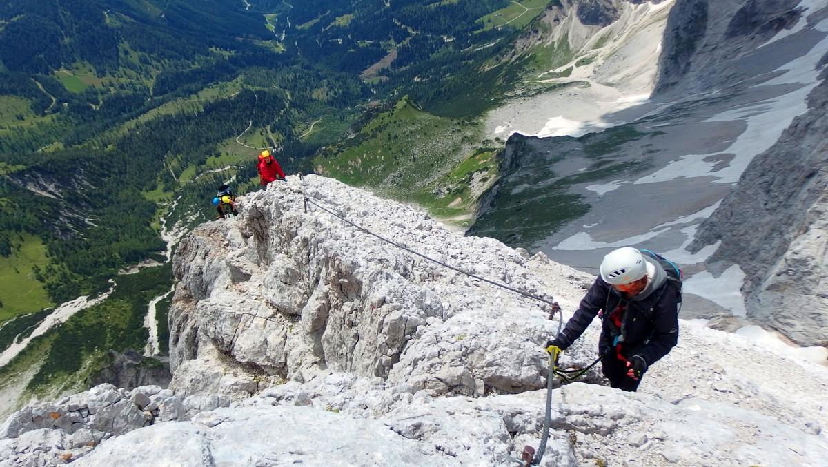 Ferraty na vysoké hoře, kterou zdolávající horolezci.
