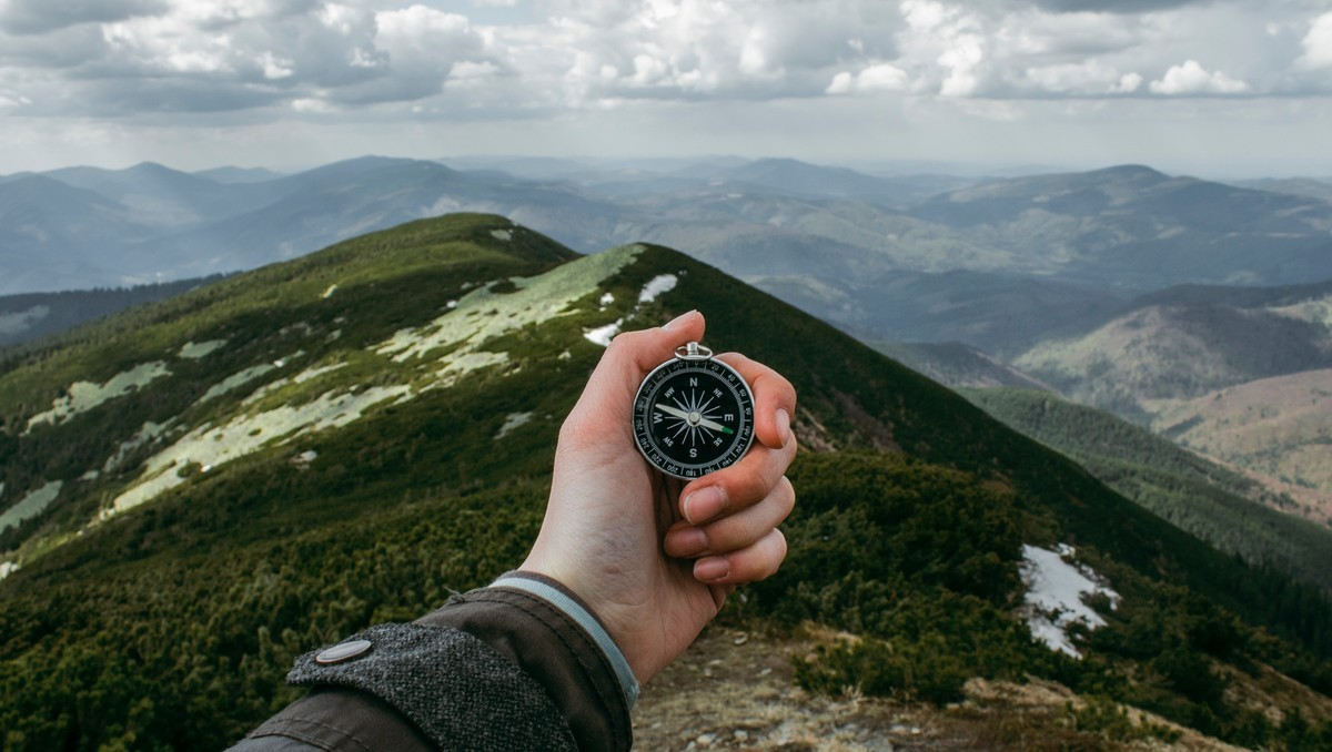Navigace prostřednictvím klasického kompasu.