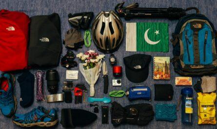 Vybavení na cesty rozložené před tím, než se uloží do batohu.