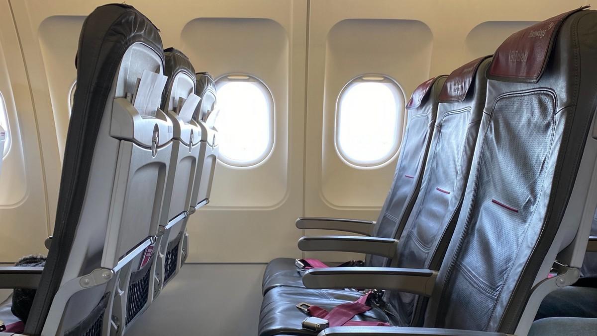 Sedačky v letadle, které spadají do cestovní třídy Economy.