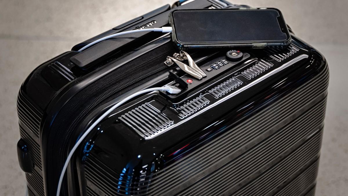 Cestovní zavazadlo v podobě skořepinového cestovního kufru.