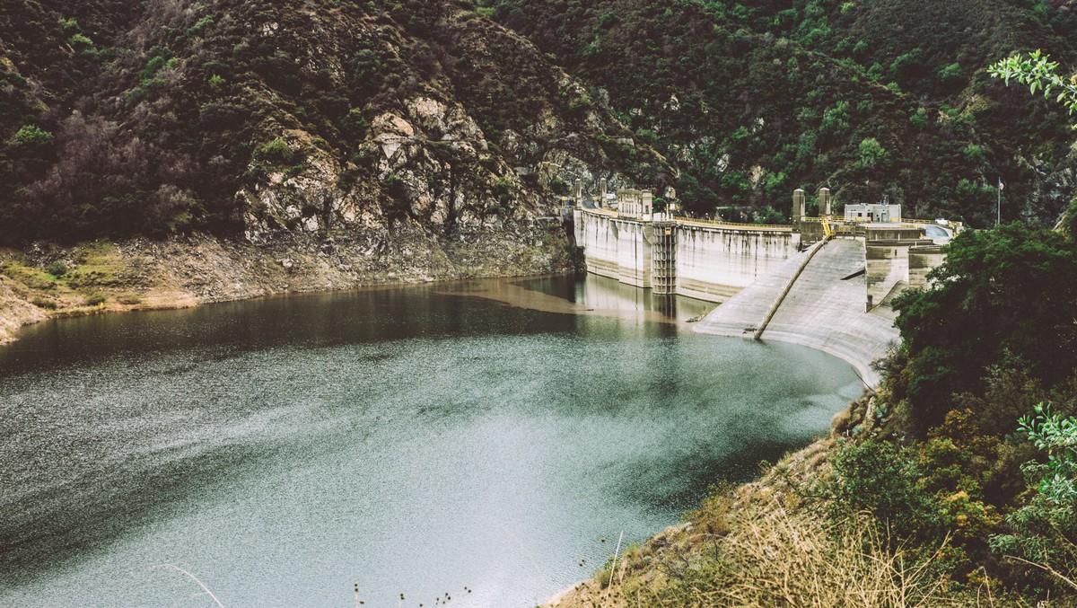 Fotografie velké přehradní nádrže s krásnou přírodou.